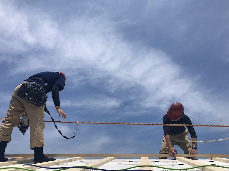 10代の大工見習いたちによる屋根工事